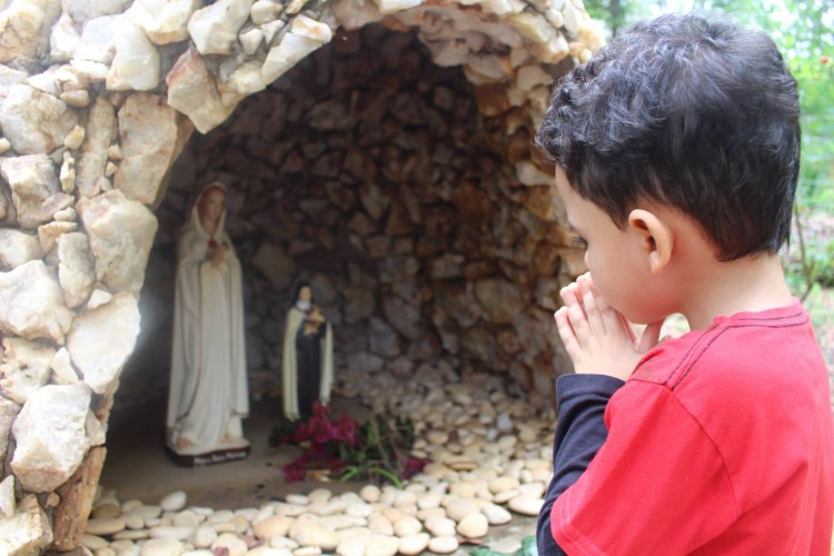 Papa: para um cristão, rezar é dizer Abbà com a confiança de uma criança