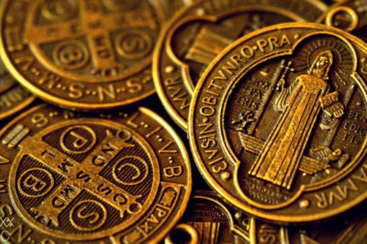 O poderoso significado da medalha de São Bento