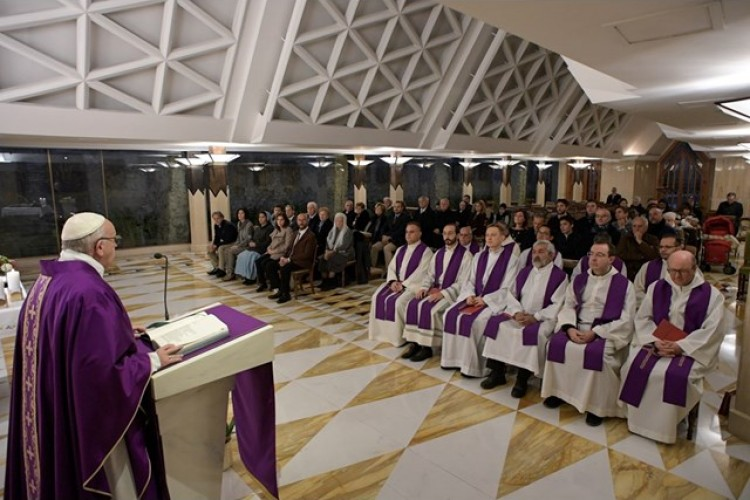 Papa: aceitar as humilhações para assemelhar a Jesus