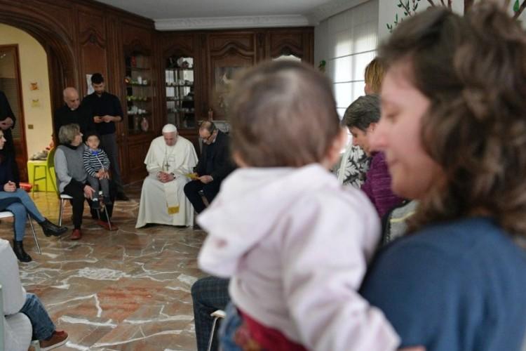 Sexta da misericórdia: Papa visita casa que acolhe detentas