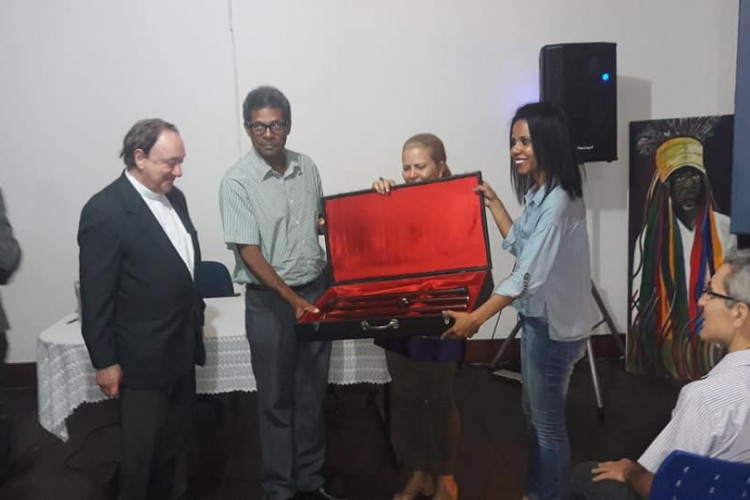 Arcebispo doa seu primeiro báculo ao Museu Regional do Norte de Minas