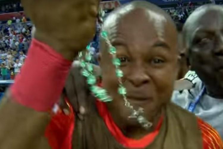 Goleiro da Nigéria comemora vitória sobre Islândia apresentando um Terço ao mundo