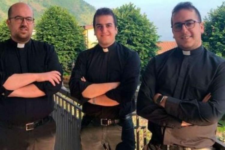 2 gêmeos e seu irmão mais velho são ordenados padres no mesmo dia