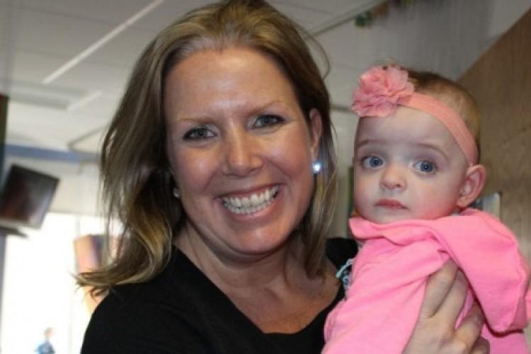 5 meses abandonada em hospital, bebê prematura é adotada por enfermeira