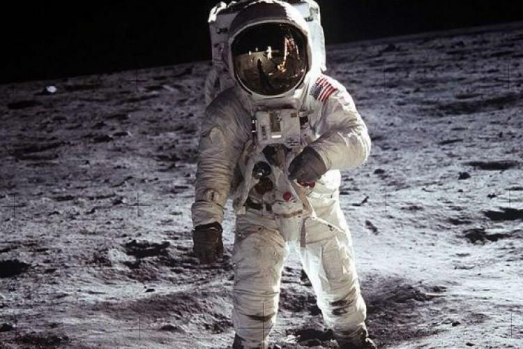 Papa Francisco recorda a chegada do homem à lua