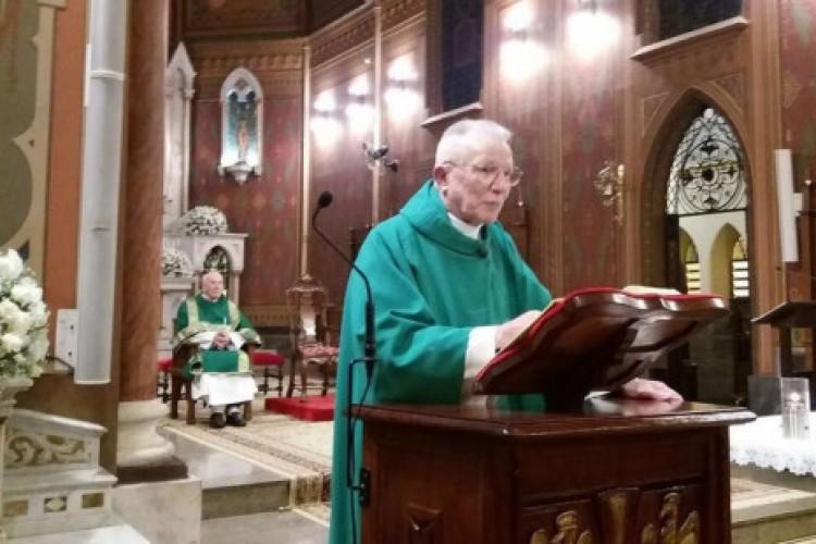 Ele tem 90 anos, 12 filhos e celebra 2 missas por dia na catedral