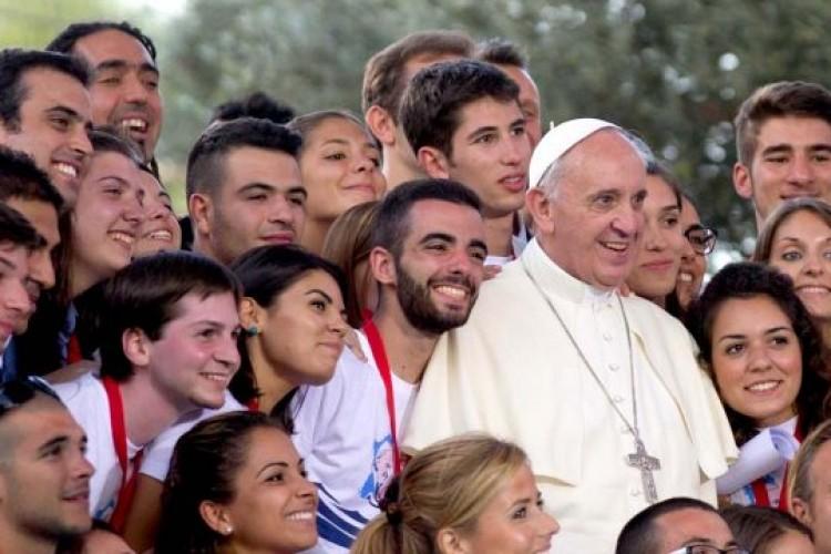 JMJ: Jovens que rezam e celebram a Fé em fraternidade