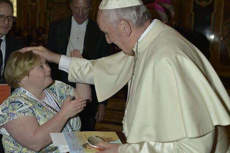"""O mundo precisa saber que não """"sofro"""" de Síndrome de Down, escreve jovem atriz ao Papa"""